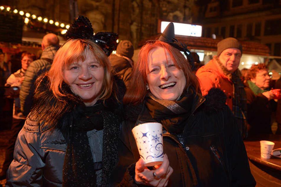 Gute Laune bei Gästen der Open-Air-Veranstaltung vor der Oper.