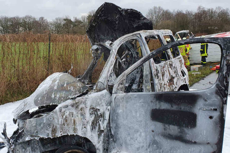 Die Überreste des in Vollbrand aufgegangenen Wagens.