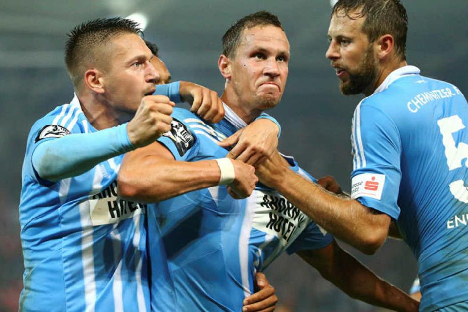 Tim Danneberg (r., beim Kopfballduell mit Zwickaus Davy Frick) erzielte im  Hinspiel beim 1:0-Sieg des CFC gegen  den FSV Zwickau das Goldene Tor.