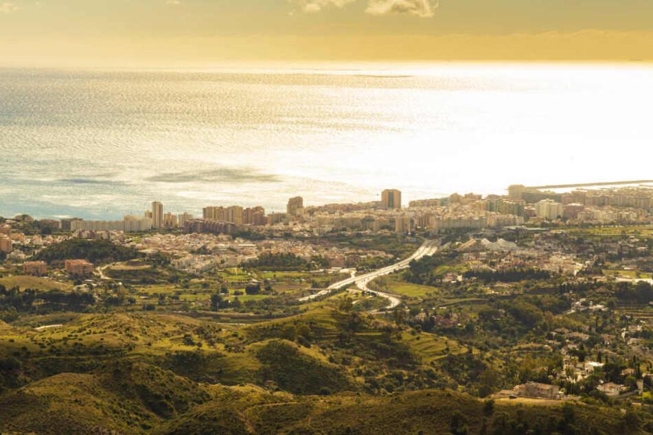 Was für ein Blick aus den Bergen, der Sierra de Mijas, hinunter auf das Zentrum der Stadt. Den Blick werden die Kicker genießen können, den Strand sicher nicht.