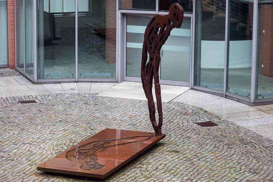 """Die Skulptur in der ehemaligen Schmidtbank Passage """"Reliquie Mensch"""" von Michael Morgner (75) soll vors Neue Technische Rathaus."""