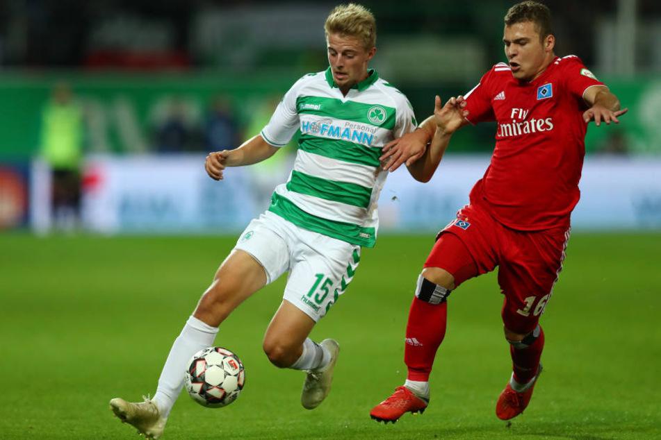 Der Fürther Sebastian Ernst (l) kämpft mit dem Hamburger Vasilije Janjicic um den Ball.