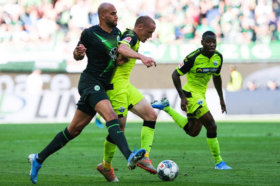 Wolfsburgs John Anthony Brooks (l.) bedrängt SCP-Angreifer Sven Michel. Streli Mamba (r.) schaut gebannt zu.