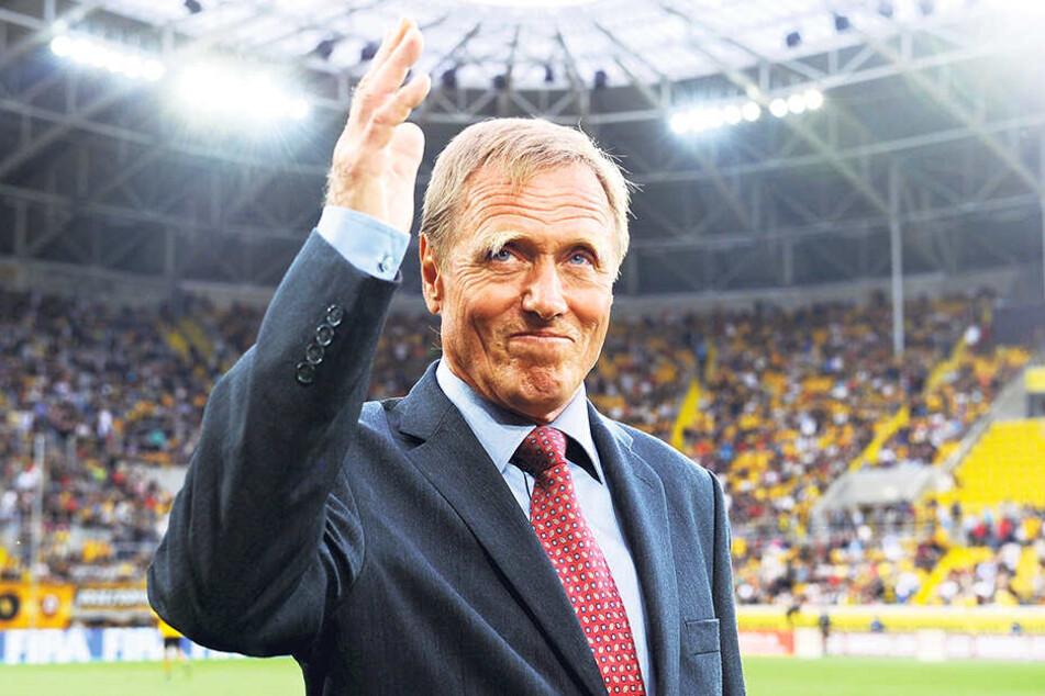 Ein echtes Unikum: Siegfried Held wurde 2010 bei seiner Rückkehr an die alte Wirkungsstätte (an der mittlerweile das neue Harbig-Stadion steht) von den Dynamo-Fans gefeiert.