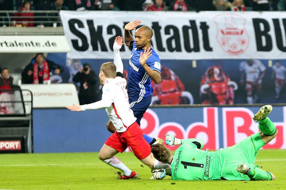 Werner kommt ohne Kontakt von Fährmann zu Fall und bekommt einen Elfmeter.