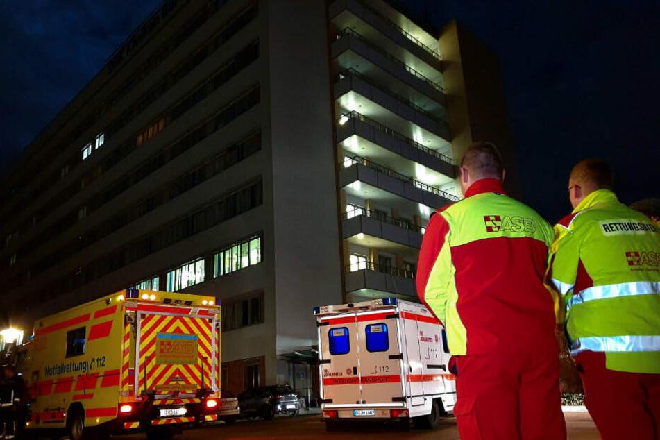 Fahrzeuge der Rettungsdienste stehen vor dem Krankenhaus in Köpenick.