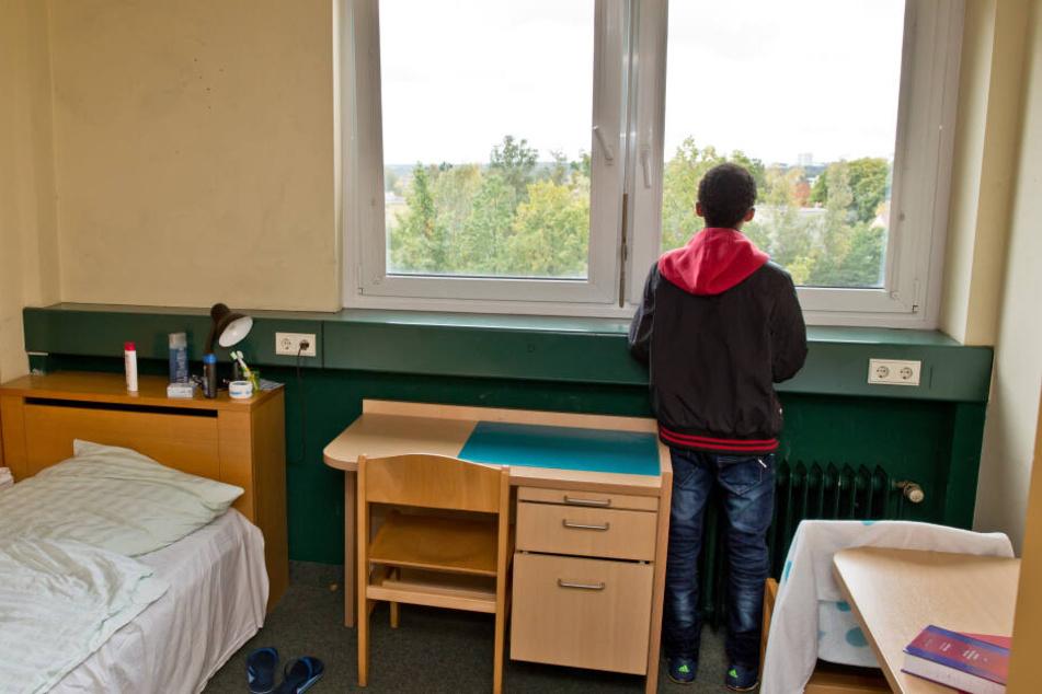 Ein 16-jähriger Flüchtling aus Eritrea, steht am Fenster seines Zimmers in einer Wohngruppe für unbegleitete minderjährige Flüchtlinge. (Symbolbild)