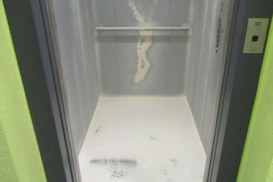 Den Feuerlöscher entleerten die Einbrecher im Fahrstuhl.