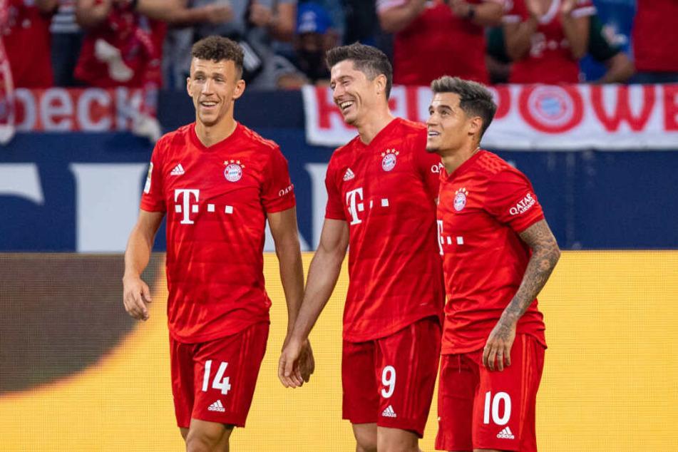 Die Bayern-Neuzugänge Philippe Coutinho (r) und Ivan Perisic (l) zusammen mit Robert Lewandowski.
