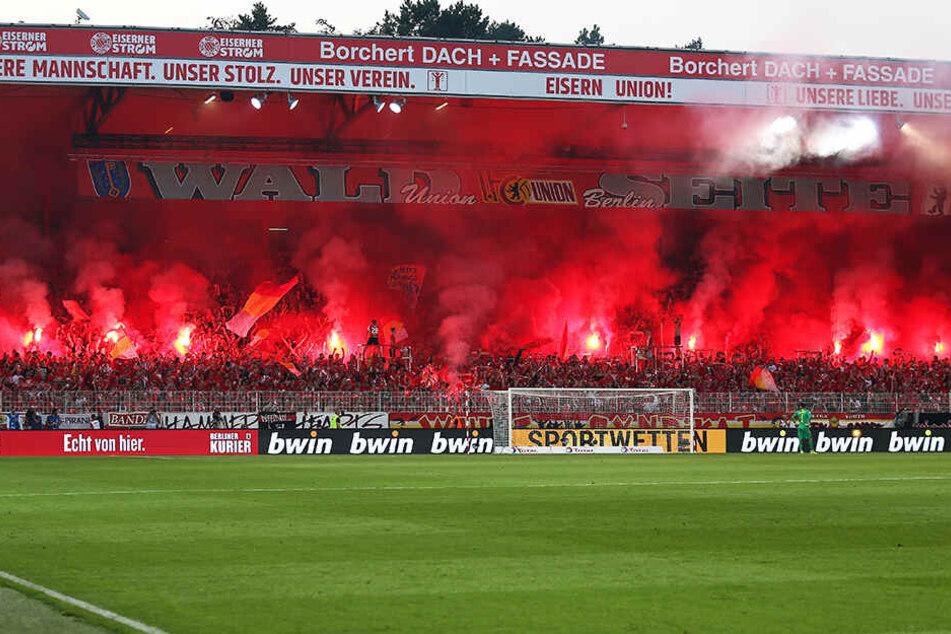 Die Fans des 1. FC Union Berlin zündeten viele bengalische Fackeln.