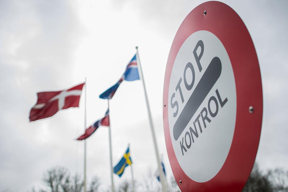 Die dänisch-deutsche Grenze in Krusa. Zu sehen sind die Flaggen von Island, Dänemark, Norwegen und Schweden.
