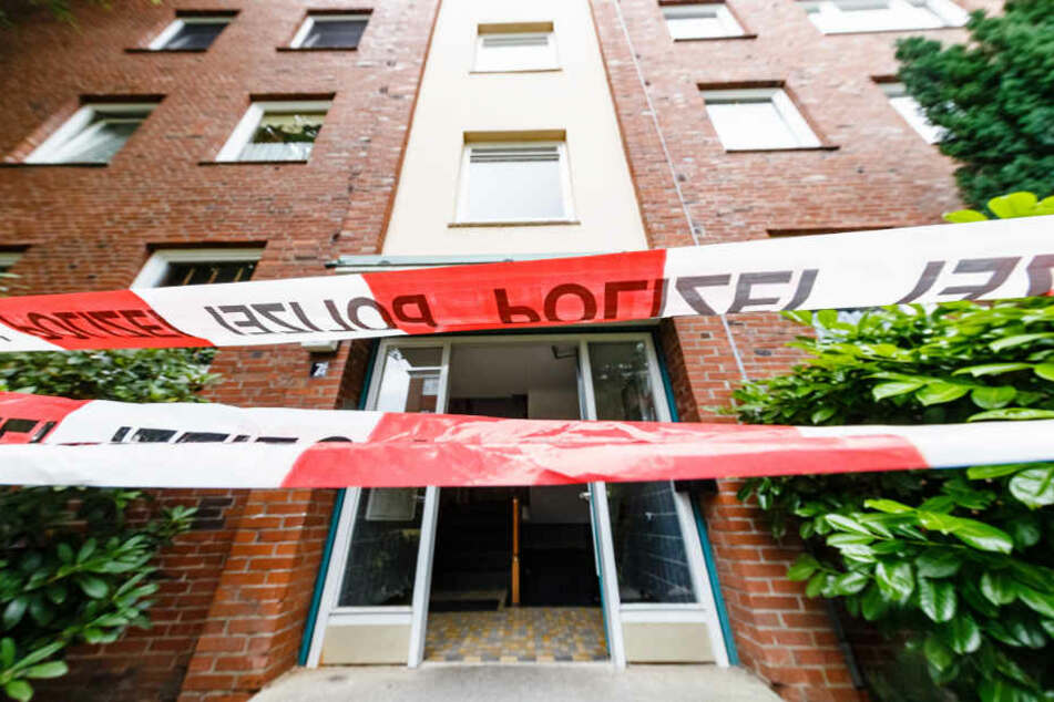 Die Polizei hat den Tatort in einem Mehrfamilienhaus abgesperrt.