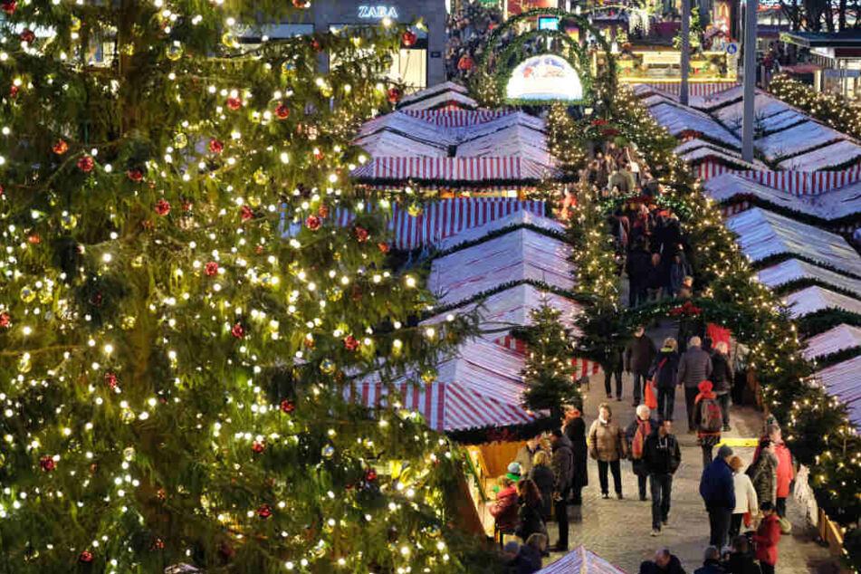 Mitten auf dem Weihnachtsmarkt: Männer gehen auf Polizisten los