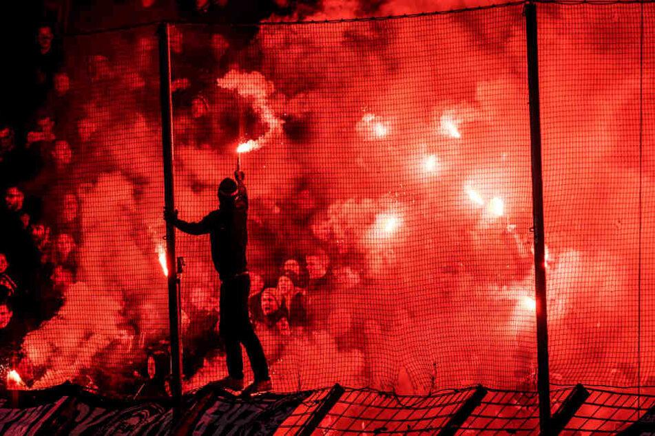 Die Fans vom DSC zündeten insgesamt 17 bengalische Feuer während des Spiels.