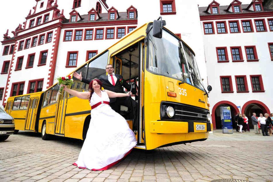 Mit Bus, aber nicht wegen des Datums: Sophie (27) und Ralf Panse (29).