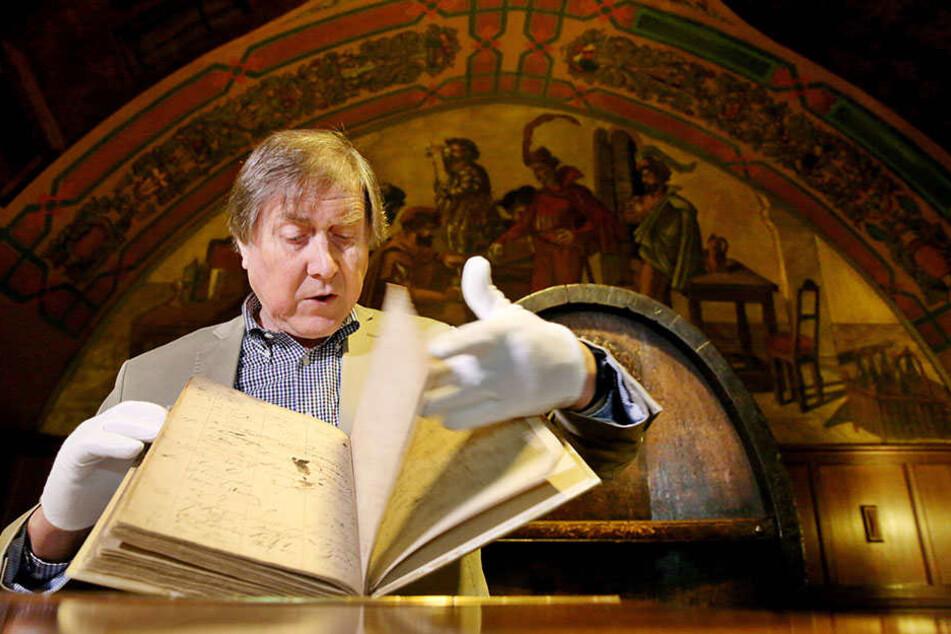 Historiker Bernd Weinkauf zeigt  den wiedergefundenen Gästebuch-Band, der unter anderem die Unterschrift des  Komponisten Edvard Grieg enthält.