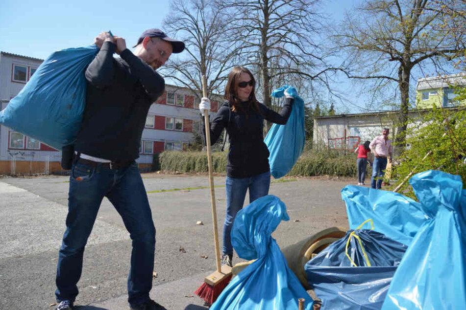 Bürger packen mit an: Sascha Smandzik (37) und Nicole Albrecht (38), Straßensozialarbeiter der Wohnungsnothilfe, reinigen einen Platz in der Nähe der Zietenstraße.
