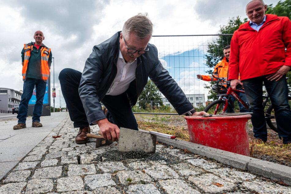 Ordnungsbürgermeister Miko Runkel (60, parteilos) legte beim Verlegen der letzten Pflastersteine selbst Hand an