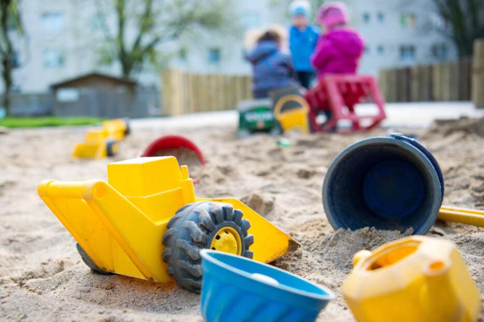Kinder spielen im Sandkasten. (Symbolfoto)