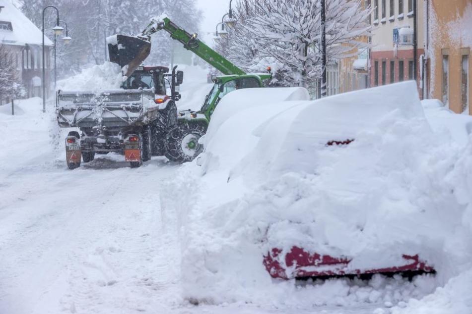 Schneeberäumung an der B 171 in Sayda.