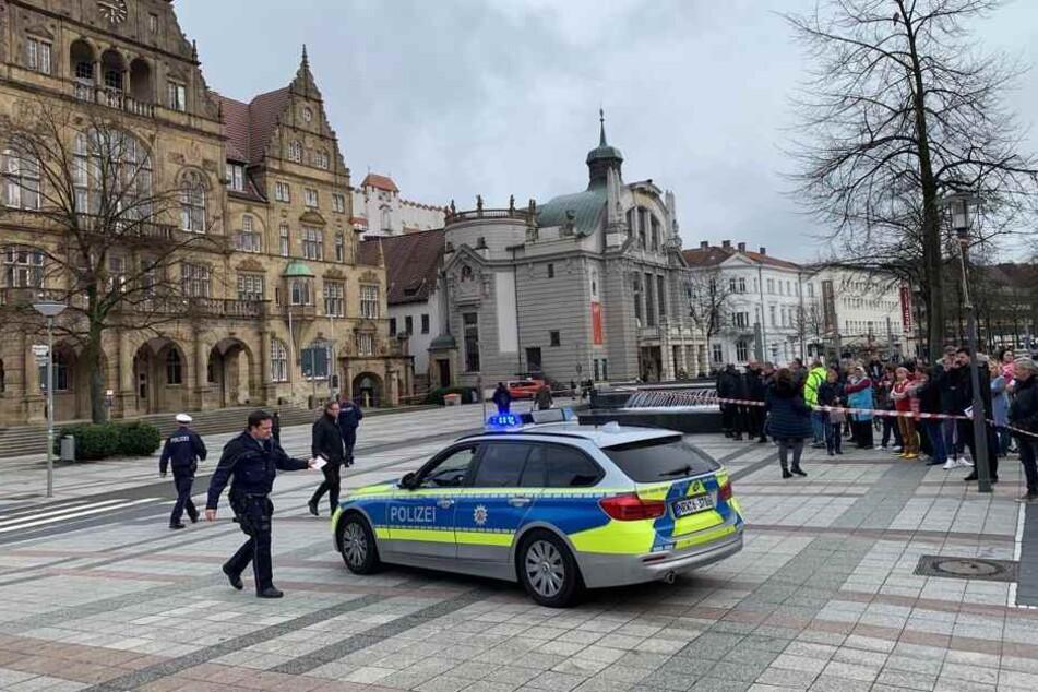 Zahlreiche Polizisten sind in der Innenstadt im Einsatz.