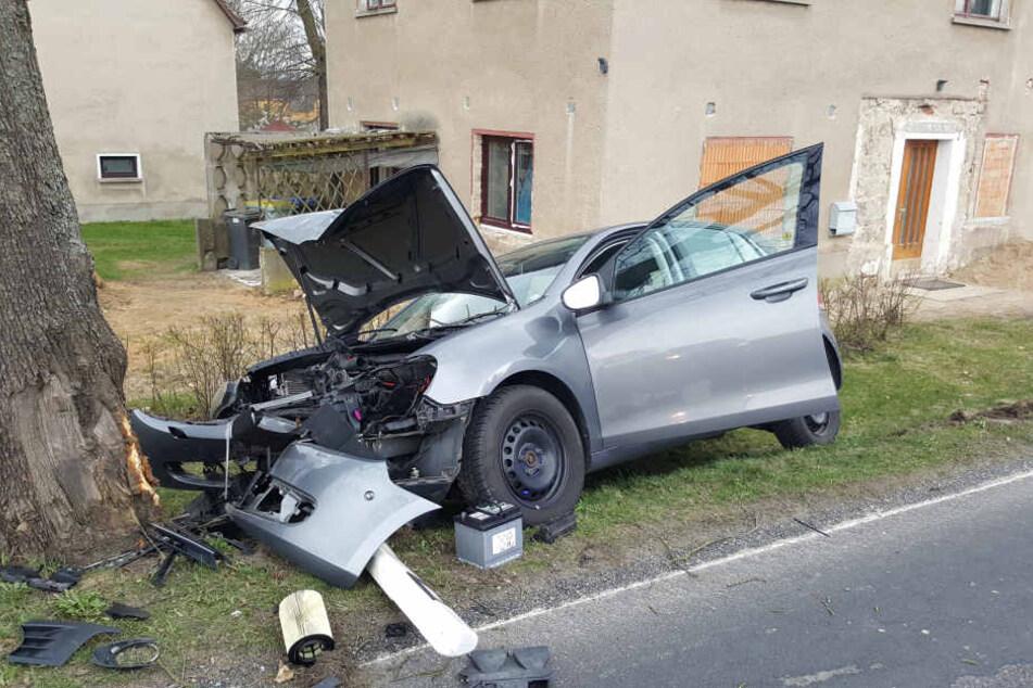Die Fahrerin krachte mit ihrem Golf gegen einen Baum.