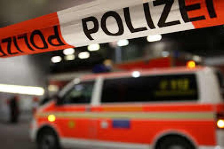 Die Rettungskräfte konnten den schwer verletzten Mann noch retten. (Symbolbild)