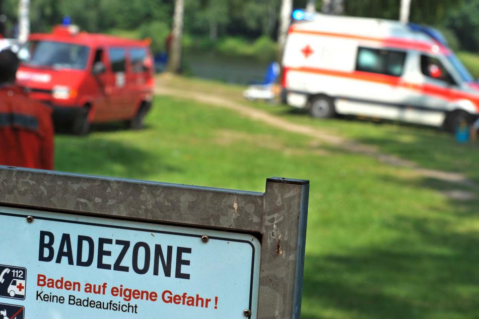 Rettungskräfte stehen nach einem Badeunfall an einem See. Laut DLRG sind Flüsse und Seen nach wie vor die größten Gefahrenquellen für tödliche Badeunfälle. (Symbolfoto)