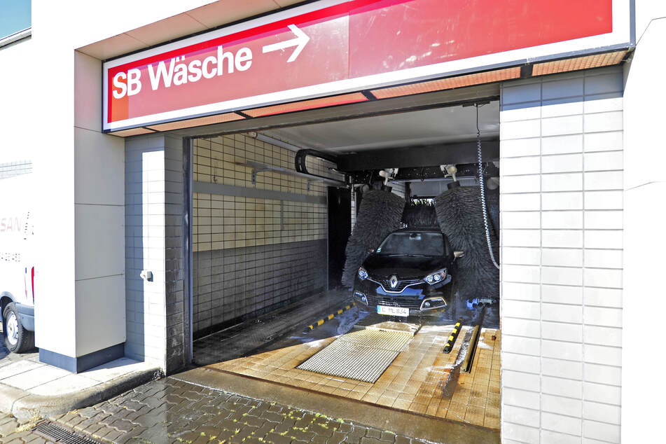 Die Waschanlage der Esso-Tankstelle ist im trockenen April stark nachgefragt und gleicht Benzin-Umsatzeinbußen aus.
