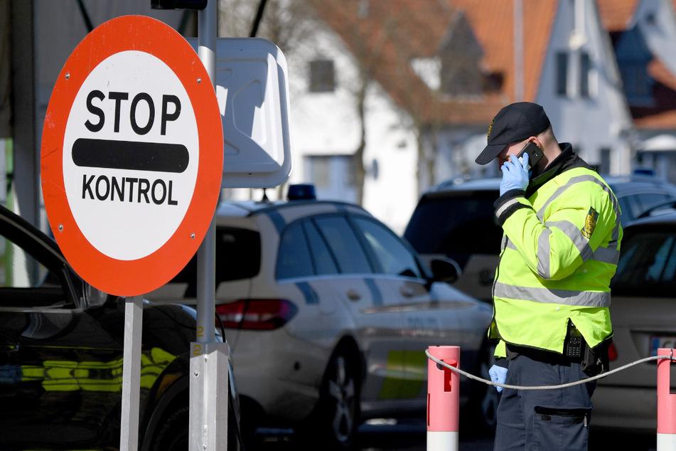 Polizisten kontrollieren am deutsch-dänischen Grenzübergang in Flensburg in Richtung Norden fahrende Fahrzeuge.