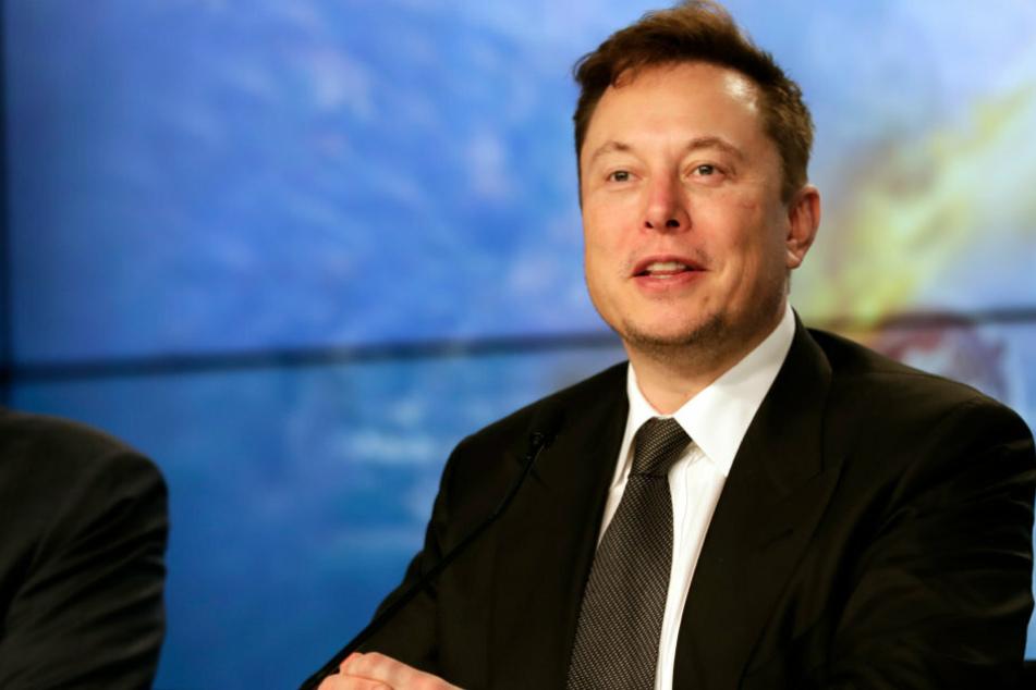 Elon Musk, Chef von Tesla und SpaceX, spricht auf einer Pressekonferenz.