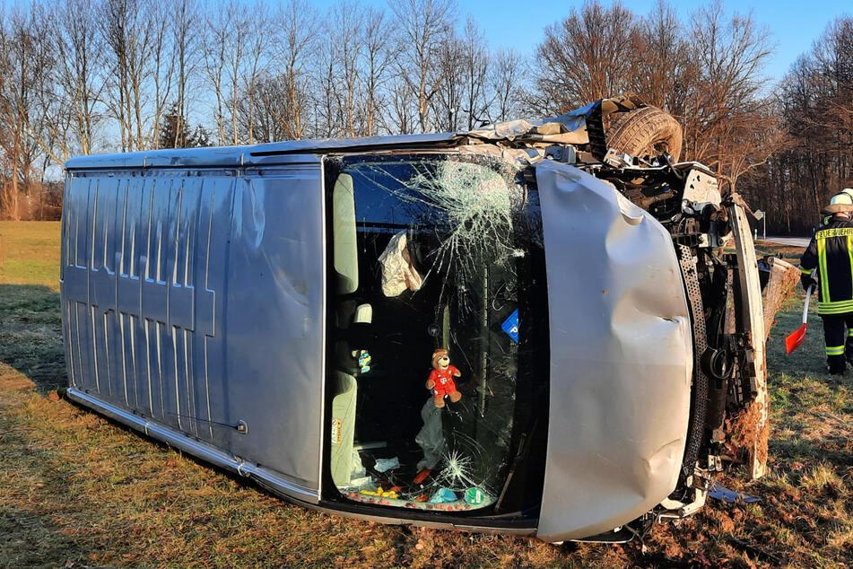 Unfall A4: Transporter kommt von Fahrbahn ab und knallt Abhang hinunter