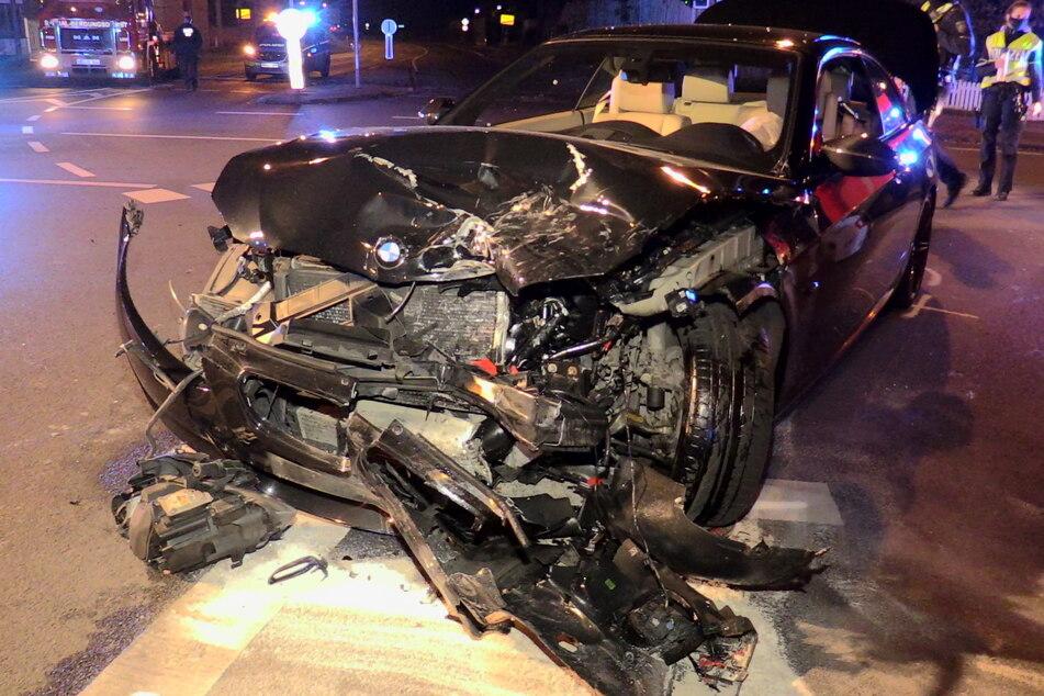 Bei dem Unfall wurden beide Fahrzeuge zerstört und mussten abgeschleppt werden.
