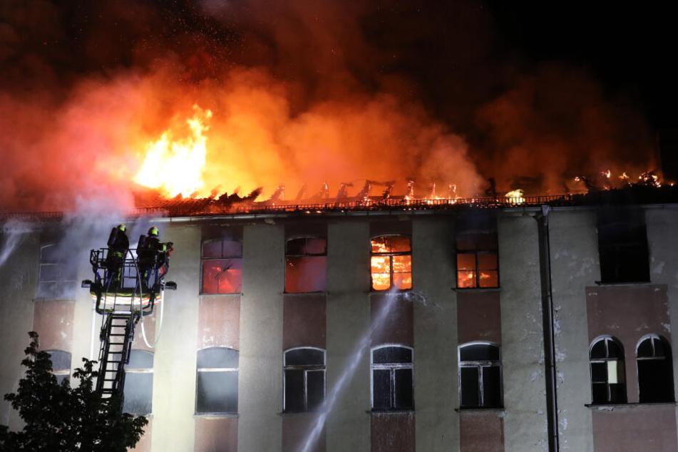 Haus brennt in Gera komplett aus, Schaulustige drehen Hydranten ab