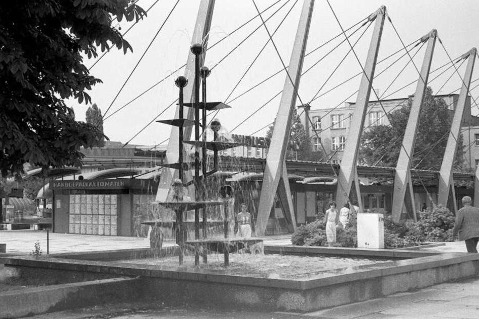 Schon in der DDR beliebt: Klapperbrunnen und Busbahnhof an der Straße der Nationen.