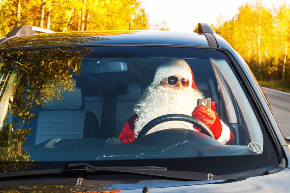 Weihnachtsmann auf Drogen überschlägt sich mit seinem Auto