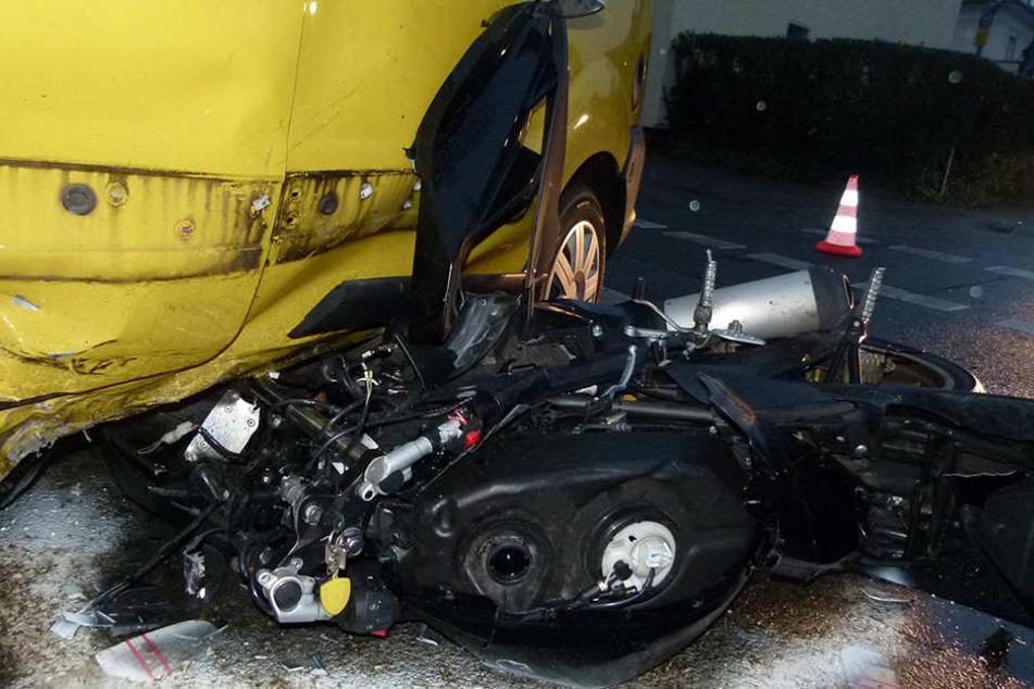 Sofort wurde der lebensgefährlich Verletzte ins Krankenhaus gebracht. Der Roller ist nur noch Schrott.