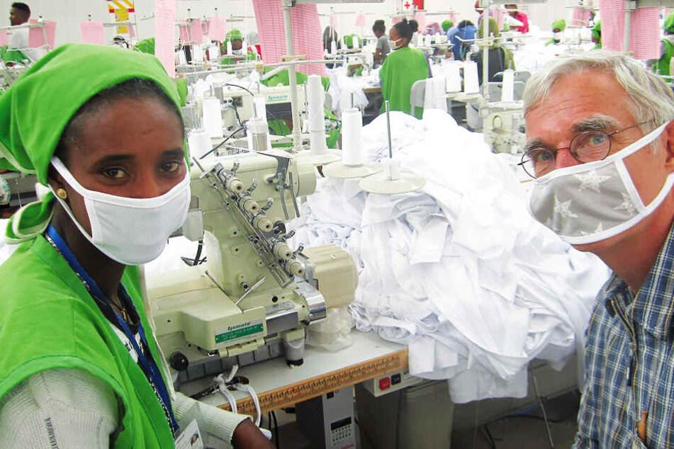 Dietrich Weinbrenner (r.) mit einer äthiopischen Näherin. Vor Ort bekam er Einblicke in den schrecklichen Arbeitsalltag der Textilfabriken.