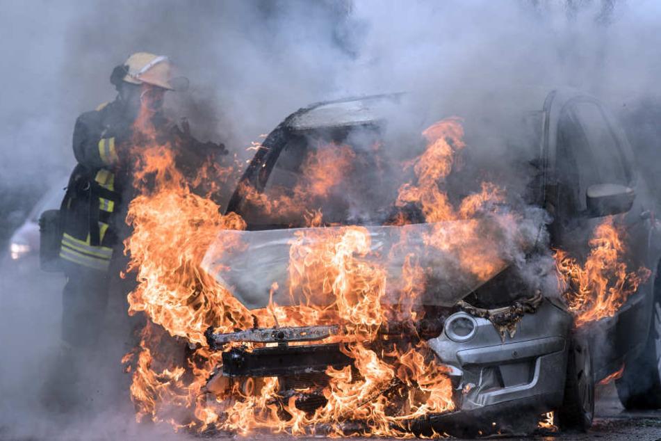 22-Jähriger zündet Autos vor Landratsamt an und zückt Messer