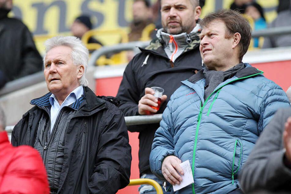 Reinhard Häfner (l., hier mit seinem ehemaligen Mitspieler Udo Schmuck) ist bei jedem Dynamo-Heimspiel im DDV-Stadion.