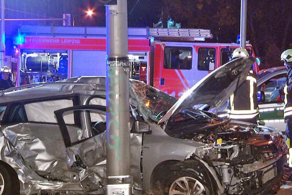Beide Fahrzeuge prallten auf der Kreuzung zusammen, der Renault kam auf dem Gehweg zum Stehen, das Polizeiauto auf dem Fahrradstreifen.