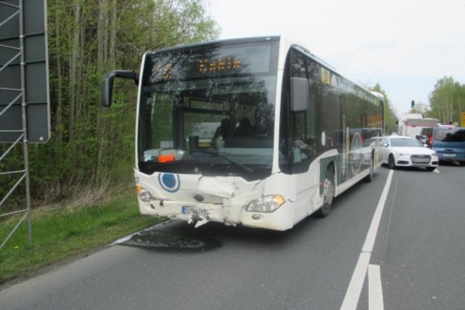 Der Bus wurde im Frontbereich stark beschädigt.