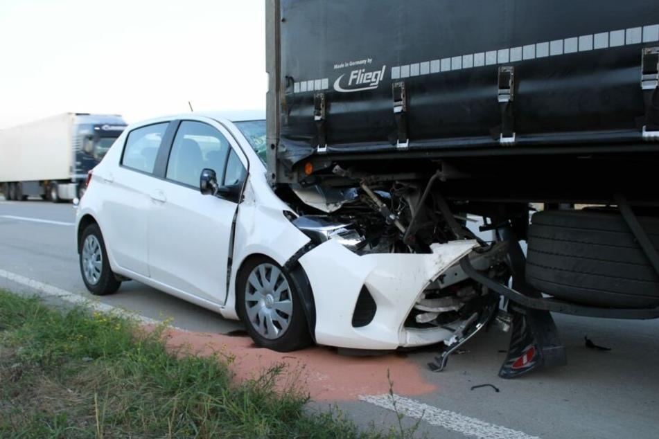 A38: Kleinwagen rast mit Front unter Laster