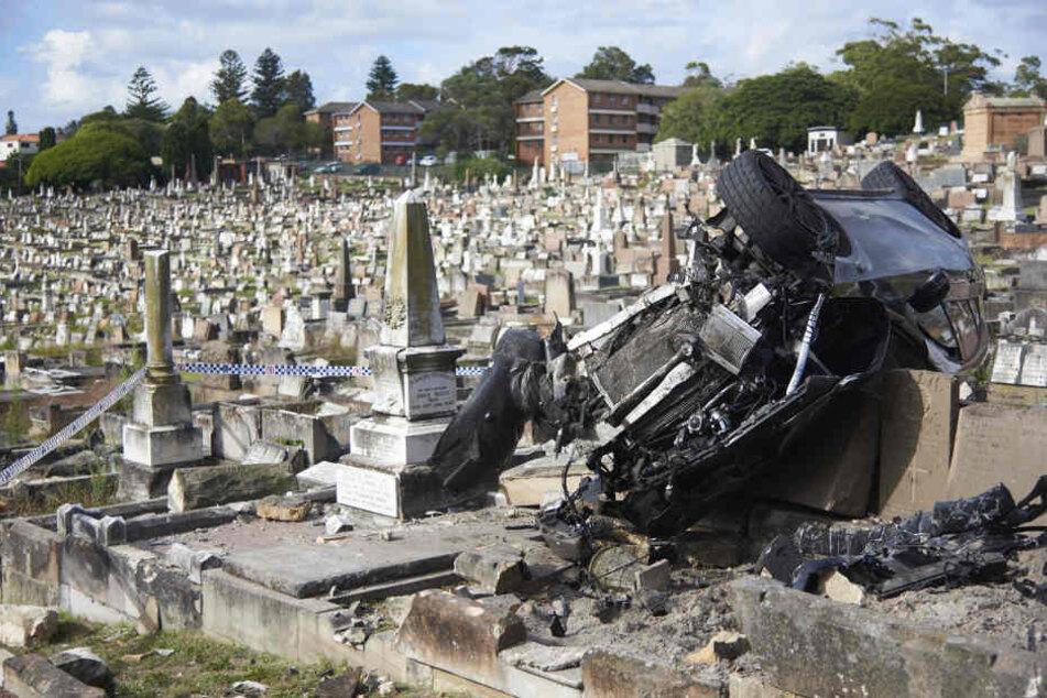 Der Mann raste über die Friedhofsmauer und landete auf einem Grab.