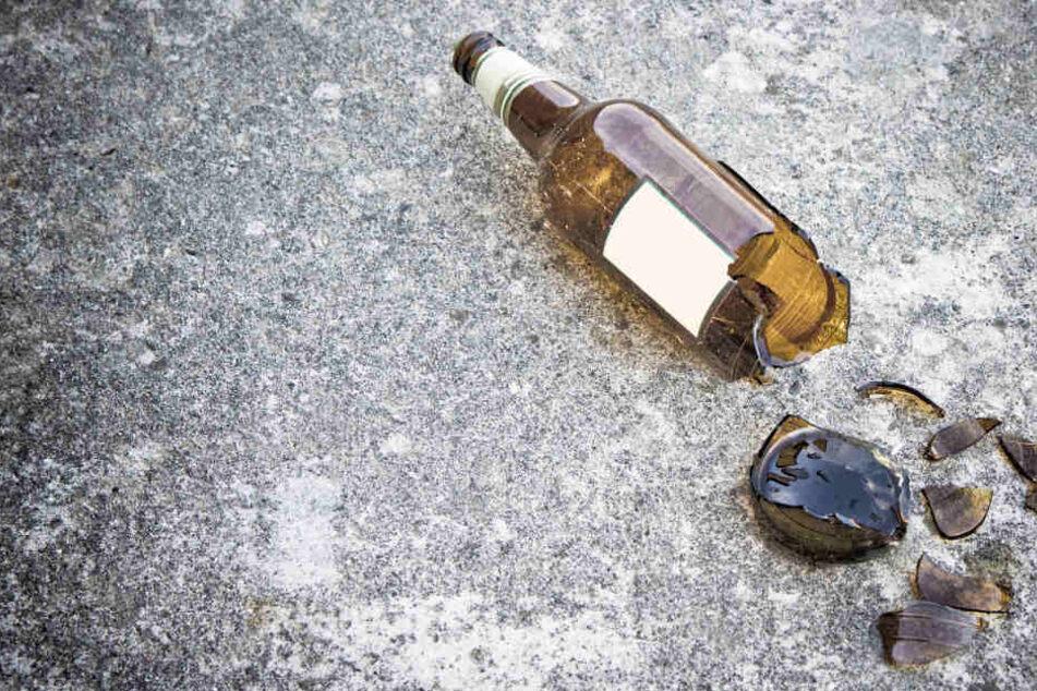 Obwohl dem Hund nichts passierte, bekam der Autofahrer eine Bierflasche übergezogen. (Symbolbild)