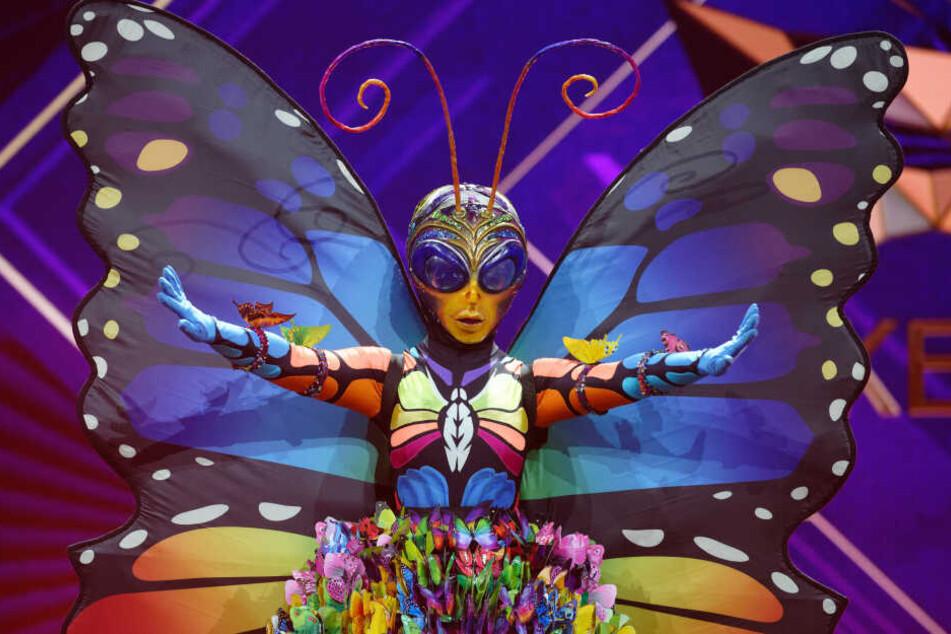 Sie versteckte sich unter der Maske des Schmetterlings.