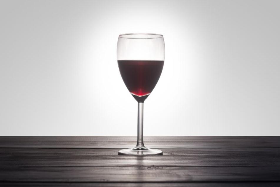 Der Vater der beiden Kleinkinder behauptet, sie hätten sich den Wein selbst eingeschenkt. (Symbolbild)