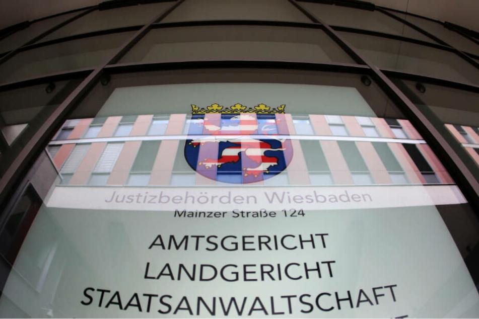 Der Prozess gegen den 49-Jährigen beginnt am Montag um 9 Uhr vor dem Landgericht Wiesbaden (Archivbild).