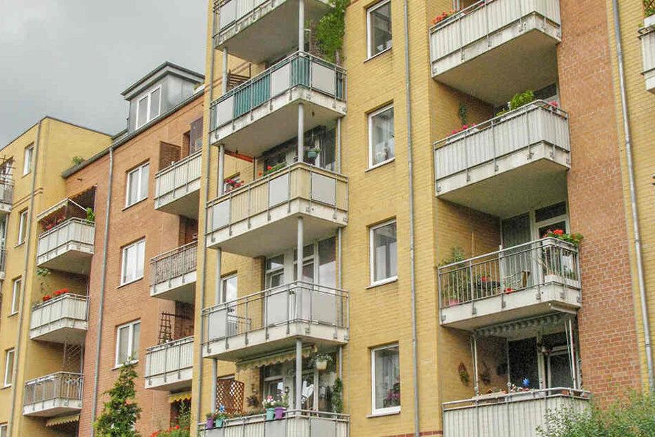 Akrobatischer Täter: Der Ganove krabbelte über vier Balkone in die Höhe, stieg über die Tür ein.