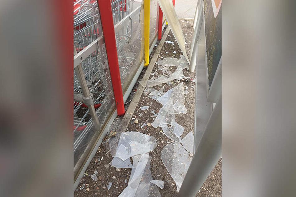 Insgesamt wurden etwa 16 Scheiben bei der Tat beschädigt.